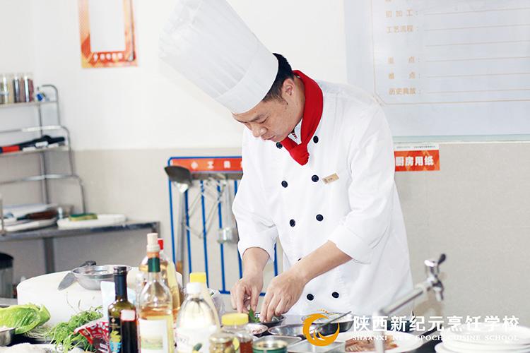 天朗时代厨师长来校授课_陕西新纪元烹饪学校