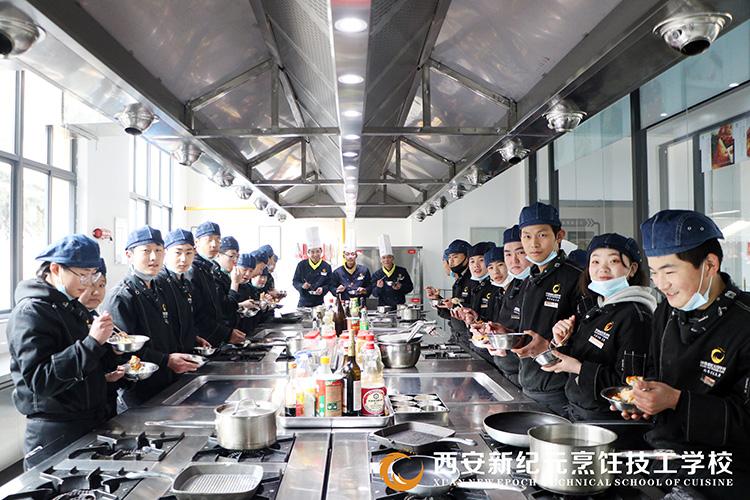 冬至-包饺子活动_西安新纪元烹饪技工学校